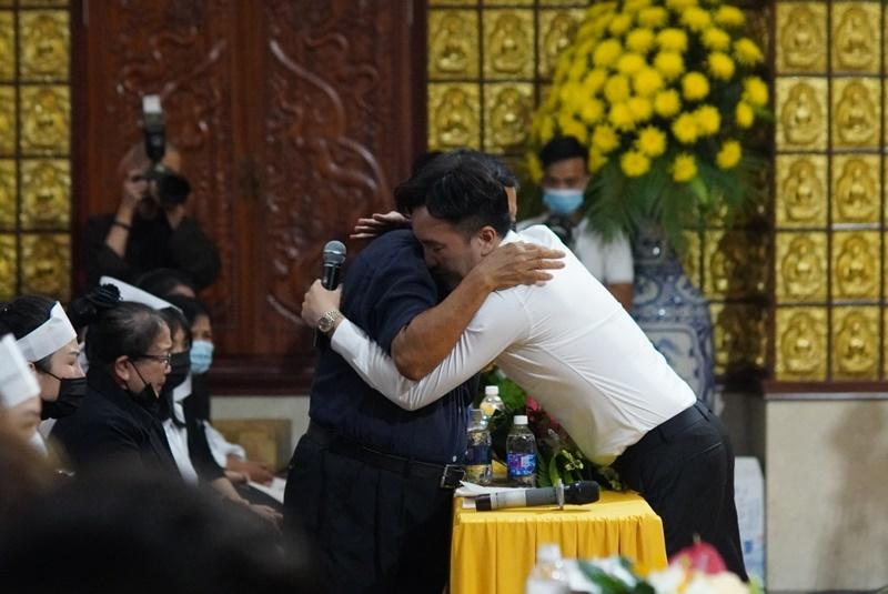 Con gái Vân Quang Long nghẹn ngào hát trong tang lễ của bố