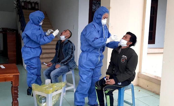 Lấy mẫu xét nghiệm 3 người nhập cảnh trái phép về từ Campuchia