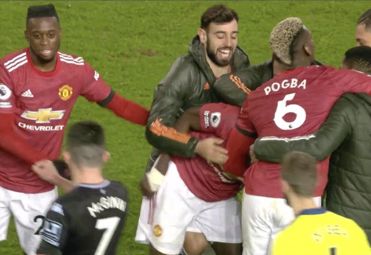 Cầu thủ MU xúm lại khen Bailly sau pha cản phá khó tin