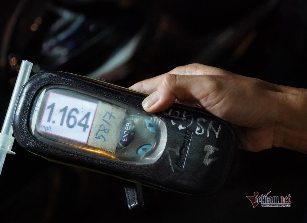 Nhiều người say xỉn lái xe bị CSGT TP.HCM xử phạt vào đầu năm mới