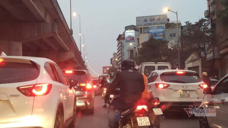 Nghìn xe xếp lớp kín đặc cửa ngõ về thành phố sau kỳ nghỉ lễ