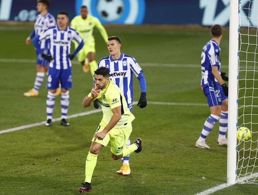Suarez ghi bàn phút 90, Atletico đòi lại ngôi đầu