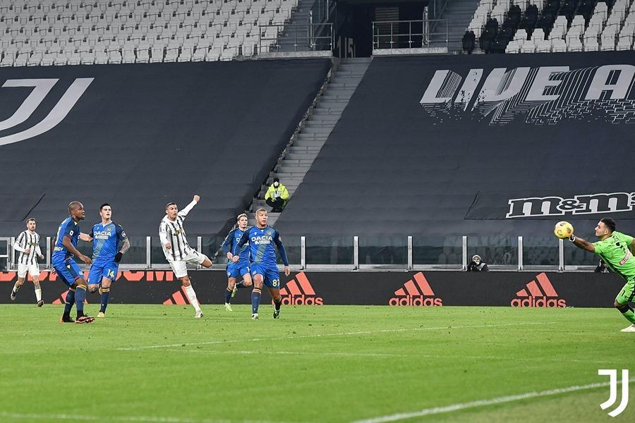 Ronaldo sáng rực, Juventus thắng to trận đầu năm 2021