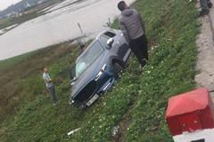 Lái xe Mazda CX-5 ngủ gật khiến xe lao thẳng xuống mương