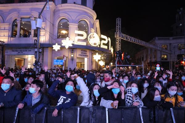 Ngàn người 'cháy hết mình' cùng đại tiệc countdown của Heineken