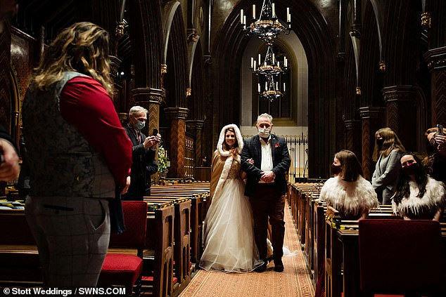 Cưới chạy Covid-19, cặp đôi sắp xếp kết hôn chỉ trong 180 phút