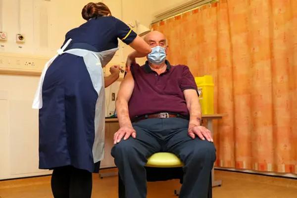 Người đầu tiên trên thế giới tiêm loại vắc xin Việt Nam mua của Anh