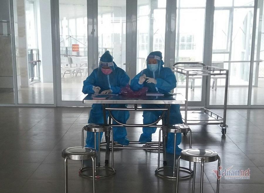 Nữ y sĩ kiệt sức trong khu cách ly quay trở lại làm việc