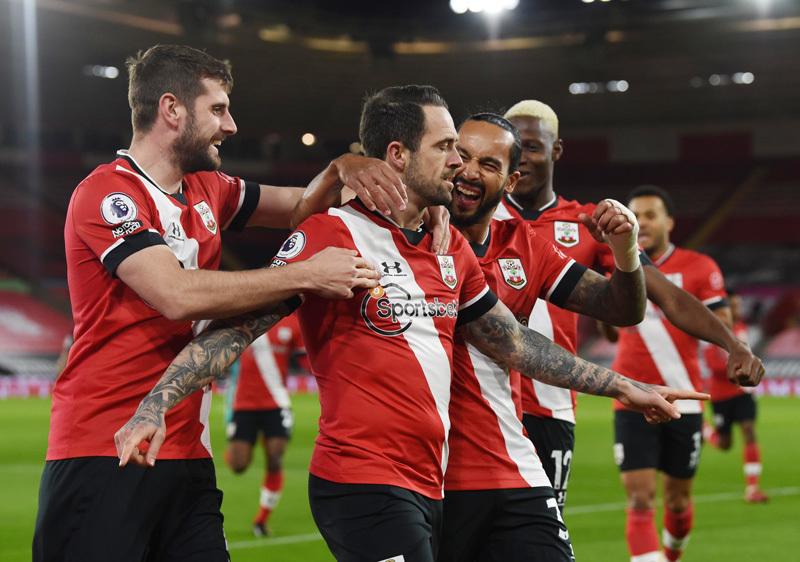 Liverpool thua bẽ bàng Southampton, MU cười sướng