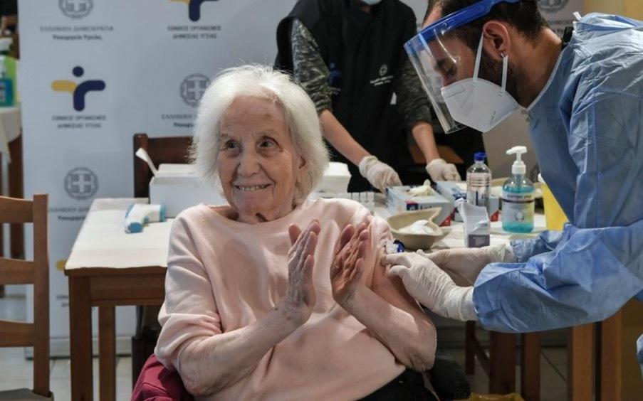 Vì sao du khách đổ xô tới Serbia tiêm vắc-xin ngừa Covid-19?