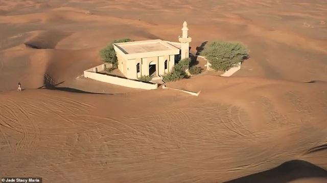 Ngôi làng 'ma' bị chôn vùi trong cát, bỏ hoang đầy bí ẩn
