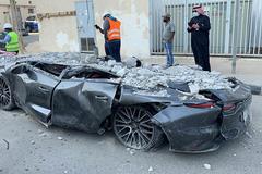 Tháp đỗ xe bất ngờ đổ sụp, vùi lấp hàng chục xe sang