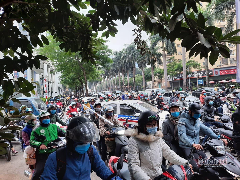 """Đường Hà Nội chật cứng xe cộ, nghìn người """"chôn chân"""" giờ đi làm thumbnail"""