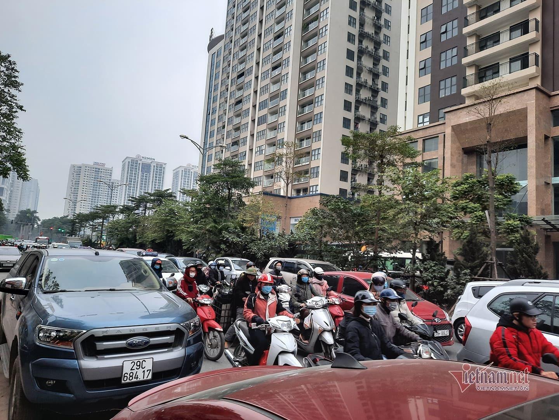 Đường Hà Nội chật cứng xe cộ, nghìn người 'chôn chân' giờ đi làm