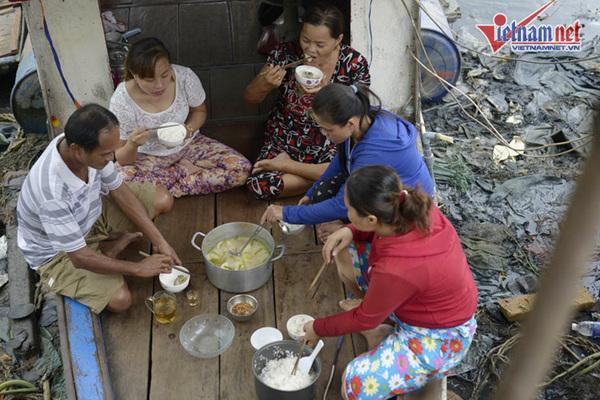 Vợ chồng Sài Gòn 43 năm sống trên chiếc ghe 3m2