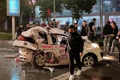 Ô tô tông liên hoàn, người dân lấy xà beng cạy cửa cứu nạn nhân