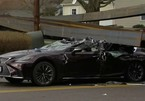 Va chạm với xe tải chở thép, Lexus bị biến dạng nóc xe