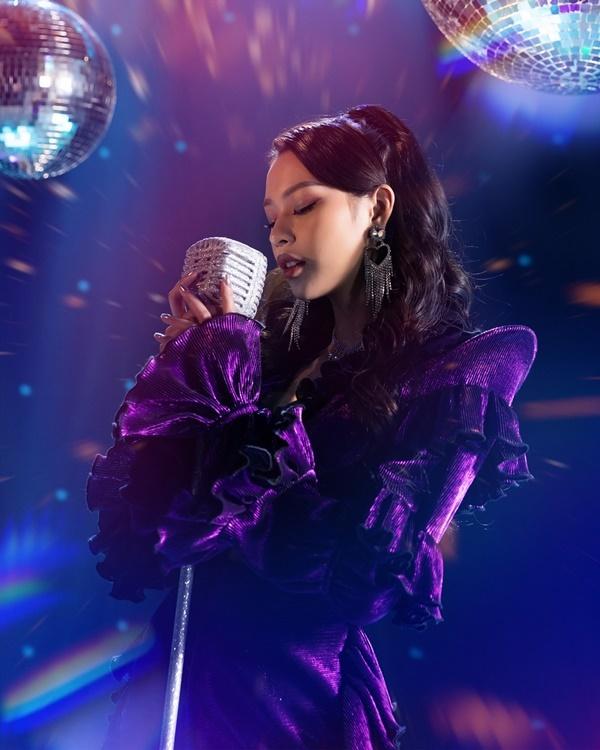Phí Phương Anh biến hóa như tắc kè hoa trong MV debut