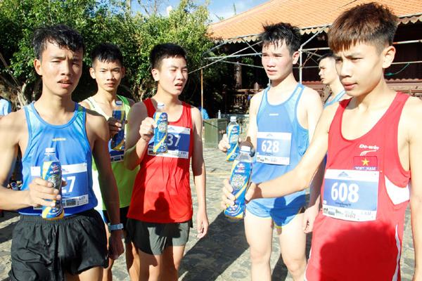 1.420 vận động viên chạy chinh phục đỉnh núi Bà Rá