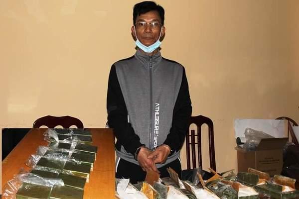 Cảnh sát vây trạm dừng nghỉ bắt gã đàn ông vận chuyển 14 bánh heroin
