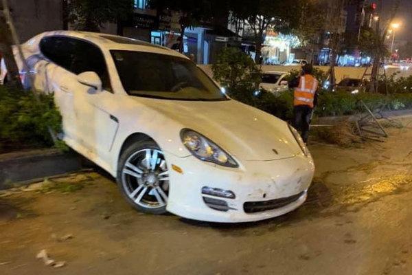 Tài xế nghi bị đột qụy, xe Porsche mất lái tông đổ nhiều cây xanh