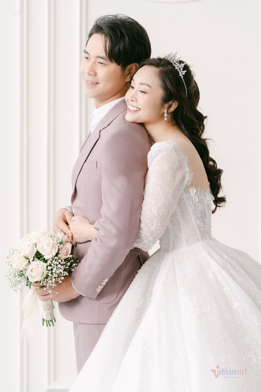 Ảnh cưới của MC Thùy Linh VTV và chồng diễn viên kém 5 tuổi