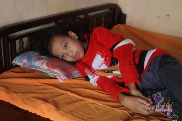 Mắc căn bệnh lạ, bé gái bị liệt cả hai chân, tương lai mịt mù