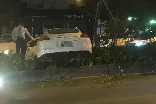 Vụ xe sang Porsche cày nát dải phân cách ở Hà Nội: Xuất hiện hình ảnh nghi là tài xế đứng cạnh xe bấm điện thoại, không có chuyện đột quỵ?