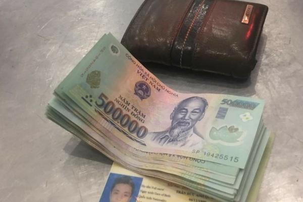 Nhặt được ví tiền trong thang máy, bà chủ hàng rau tìm người đánh rơi