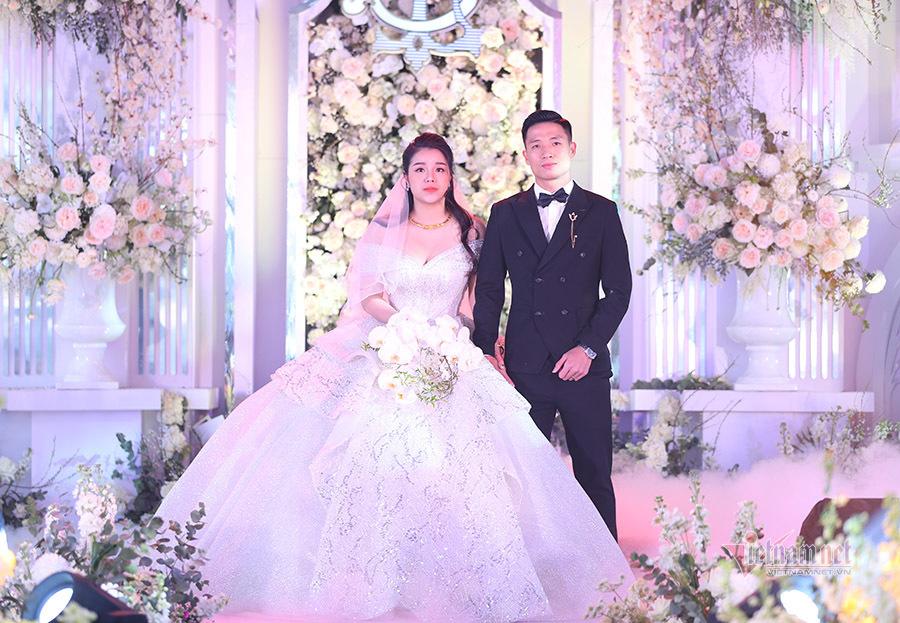 Bùi Tiến Dũng hạnh phúc nâng váy cho cô dâu Khánh Linh