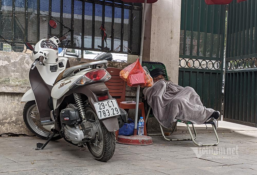 Trời lạnh nhất từ đầu đông, người Hà Nội co ro xuống phố