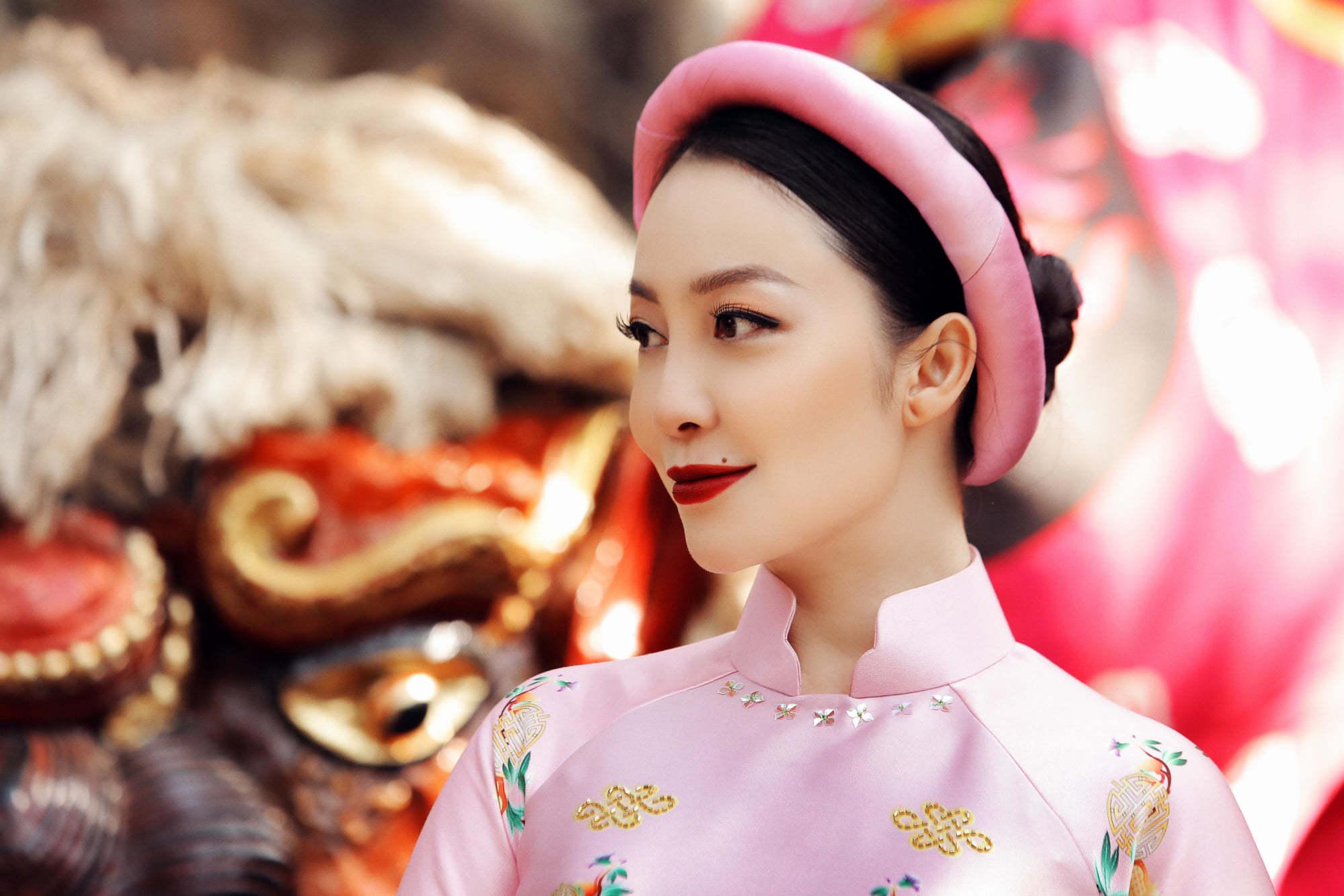 Linh Nga đẹp cuốn hút ở Việt Phủ