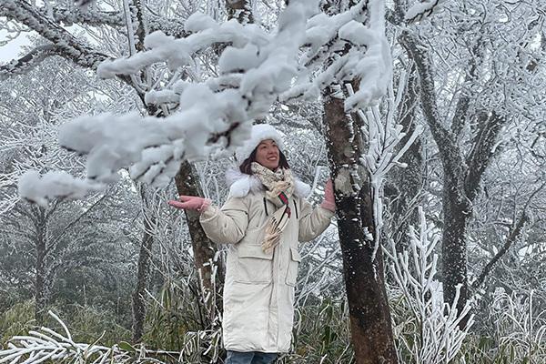 Băng đá bao phủ, du khách kéo nhau lên Cao Bằng săn tuyết