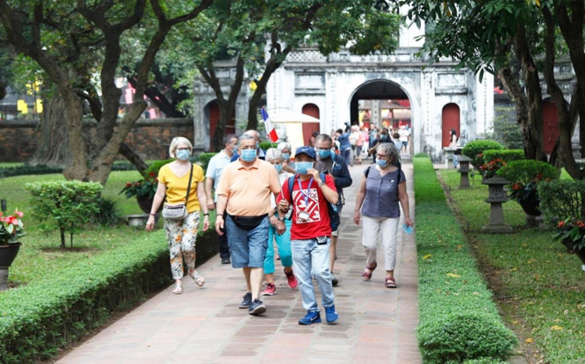 Vietnam discusses opening door to international tourists