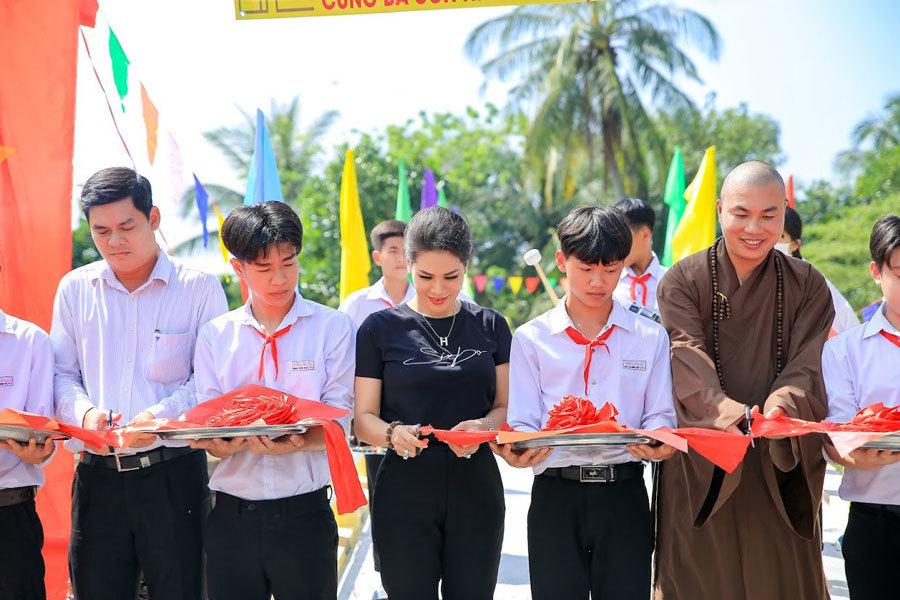 Hoa khôi Hương Hoàng xây cầu tặng bà con miền Tây