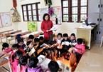 Cô trò ngồi học bên máy sưởi trong ngày rét buốt nhất từ đầu đông