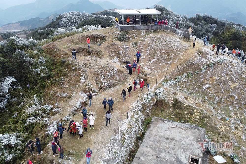 Đỉnh Mẫu Sơn phủ băng trắng xóa, nghìn lượt người tìm đến nơi lạnh nhất Việt Nam