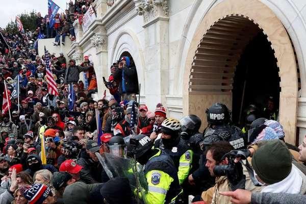 Hai cảnh sát bị điều tra vì tham gia bạo loạn ở đồi Capitol
