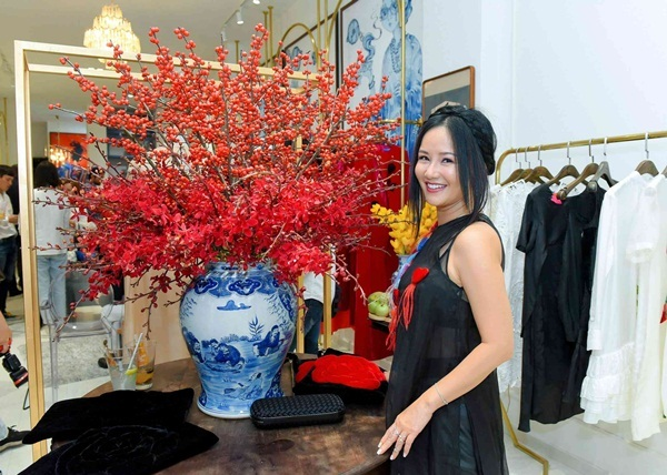 Phương Khánh, Ngọc Thảo khoe sắc với áo dài cách tân
