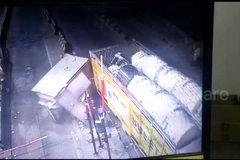 Xe tải kéo sập bốt thu phí, nam nhân viên may mắn thoát chết