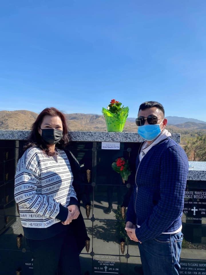 Nghệ sĩ Hoài Tâm, ca sĩ Phương Loan thăm mộ danh hài Chí Tài