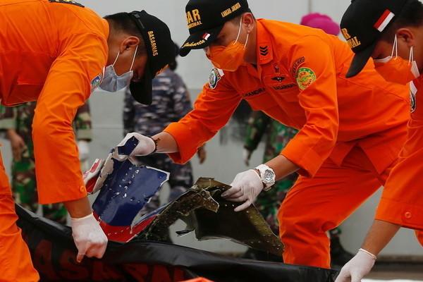 Thợ lặn trục vớt nhiều mảnh vỡ của máy bay Indonesia gặp nạn