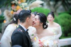 Khánh Linh hở vai trần, Bùi Tiến Dũng khoá môi ngọt ngào cùng cô dâu