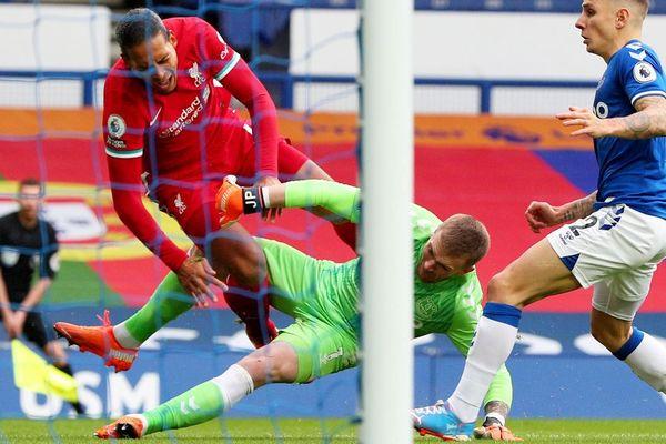 Trọng tài hối hận không đuổi Pickford đã 'chơi xấu' Van Dijk