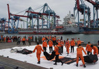 Đội cứu hộ tìm xuyên đêm, thấy thân máy bay Indonesia dưới đáy biển