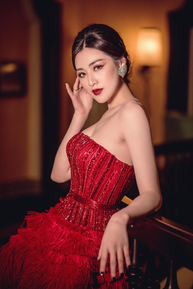 Á hậu Tú Anh diện váy đỏ rực xinh như công chúa