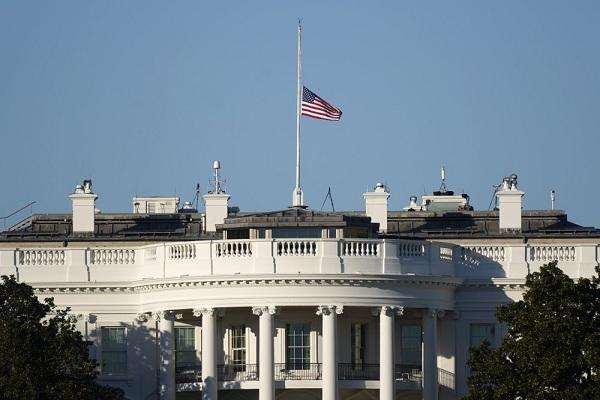 Ông Trump lệnh treo cờ tưởng niệm cảnh sát thiệt mạng do bạo động