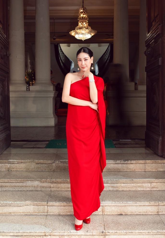 Hoa hậu Giáng My ngồi xe mui trần cổ, diện váy đỏ nổi bật