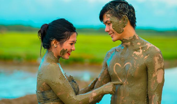 Cặp đôi trát đầy bùn chụp ảnh cưới