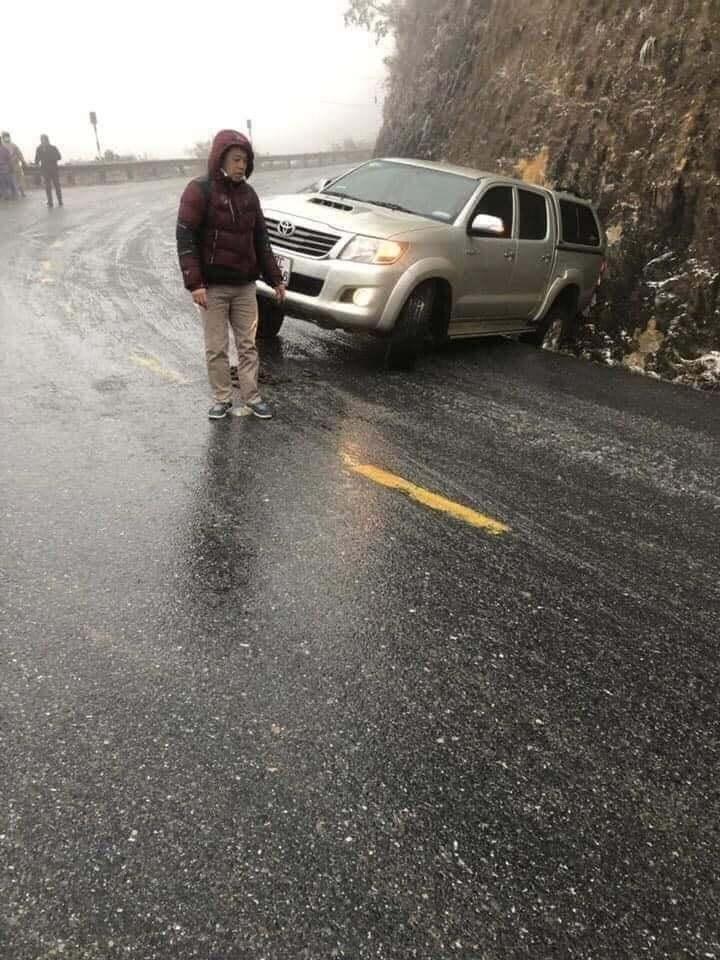 Nước đóng băng mặt đường, loạt ô tô lên đèo Ô Quy Hồ trượt bánh